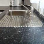 Küchenarbeitsplatte mit untergeklebter V2A Spühlbecken. München-Haar