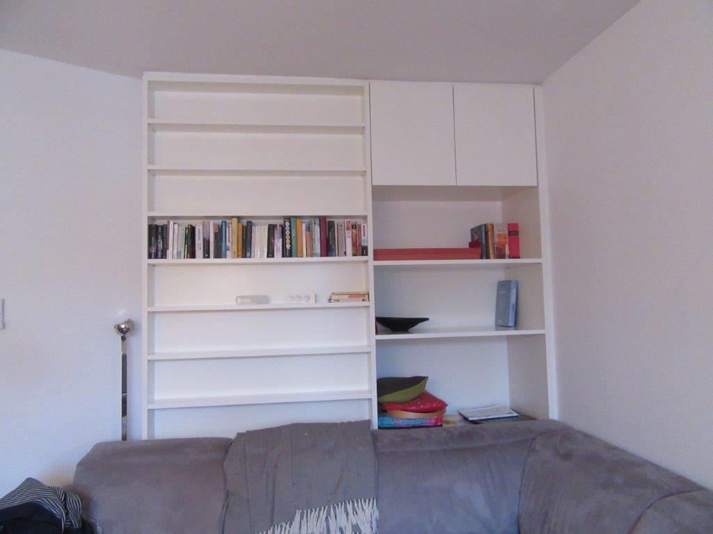 Bücherregal mit Stauraum, Schreinerei München Haar, Einbauregal.